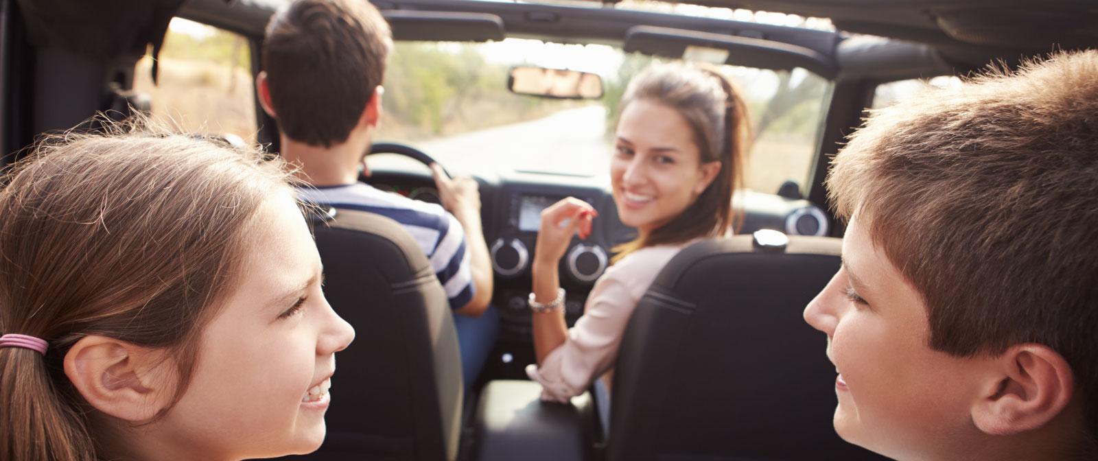 Familia en coche detrás